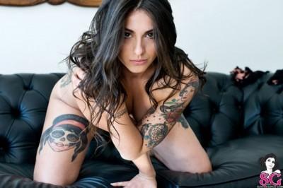 A beleza e a atitude da mulher tatuada
